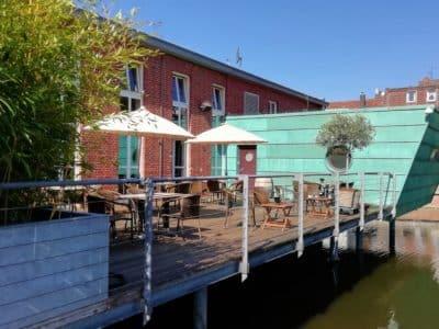 Terrasse des whisky & cigar salon in der Sonne